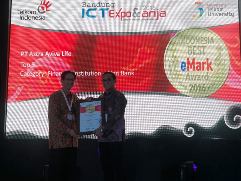 photo-3-perwakilan-astra-life-saat-menerima-top-3-indonesia-best-e-mark-award-2016-swa-_-telkom